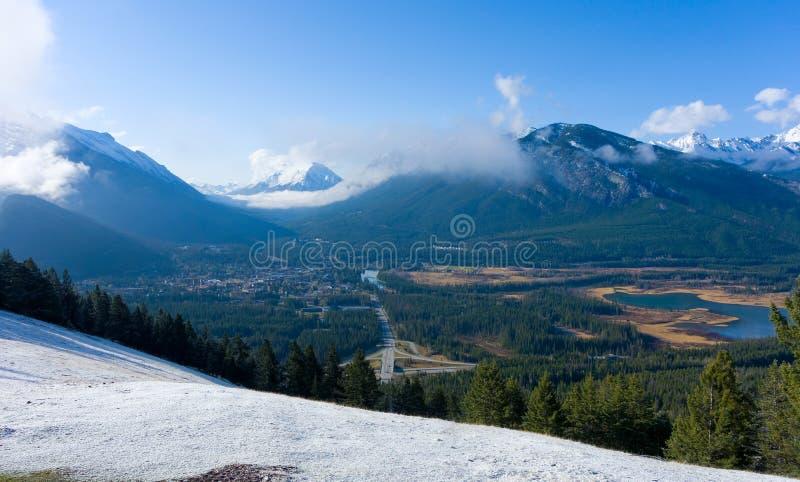 Долина окруженная горами в весеннем времени стоковые изображения