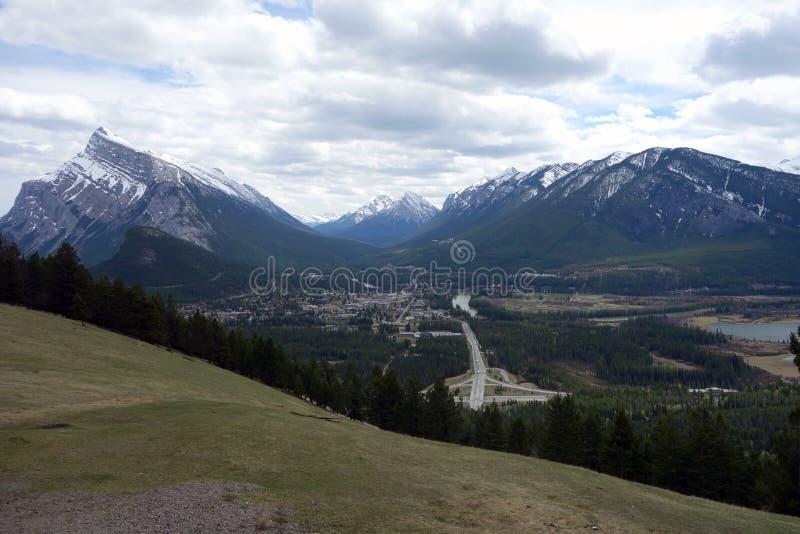 Долина окруженная горами стоковые фото