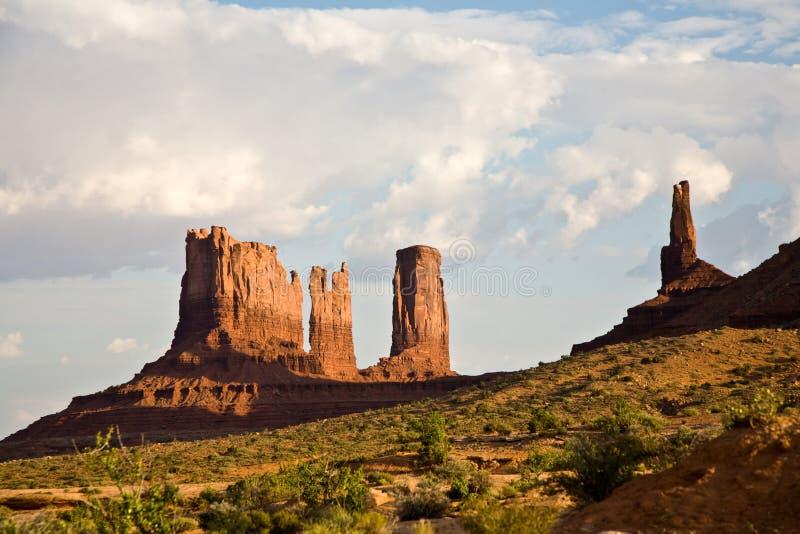 Долина памятника с образованиями песчаника вызвала Дилижанс и Bear&Rabbit стоковая фотография