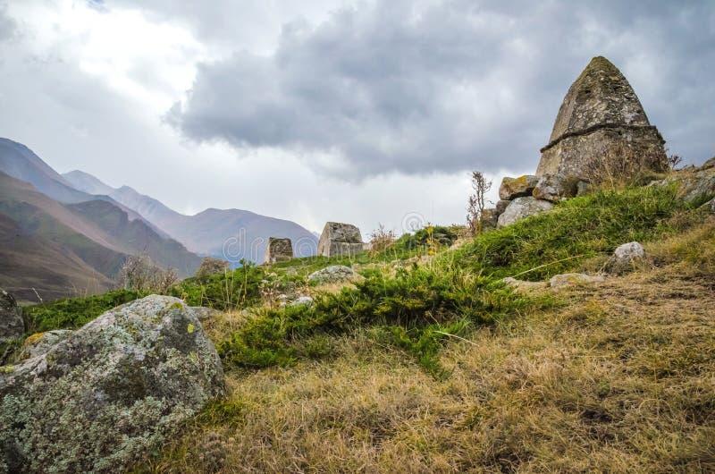 Долина Chegem крипты на заднем плане стоковые изображения