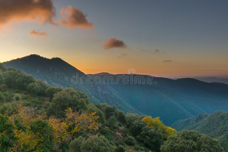 До рассвета в горной местности Каталонии стоковое изображение rf