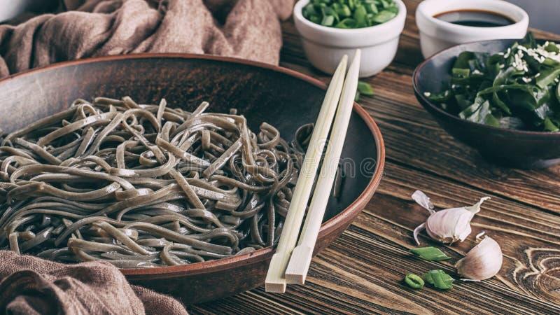 До сих пор жизнь традиционных японских лапшон, где есть саба-лапша с нори-дикими морскими водорослями и соевым соусом стоковое фото rf