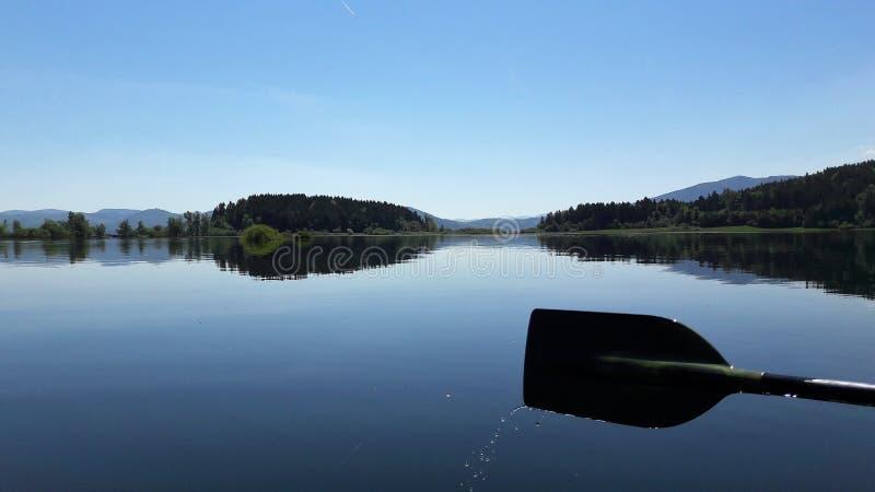 Драгоценная спокойная поверхность прерывистого озера стоковые изображения rf