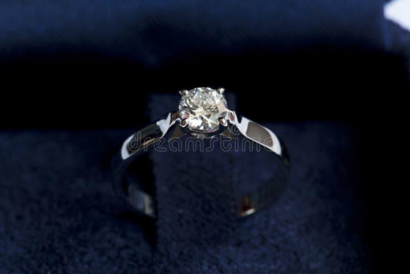 Драгоценное кольцо с диамантом стоковое изображение