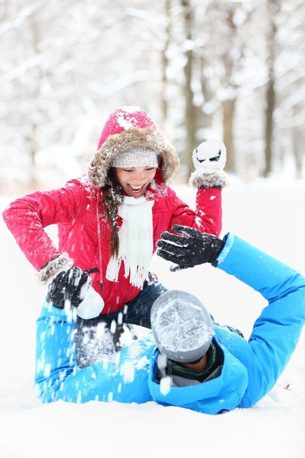 Драка snowball пар зимы стоковые фотографии rf