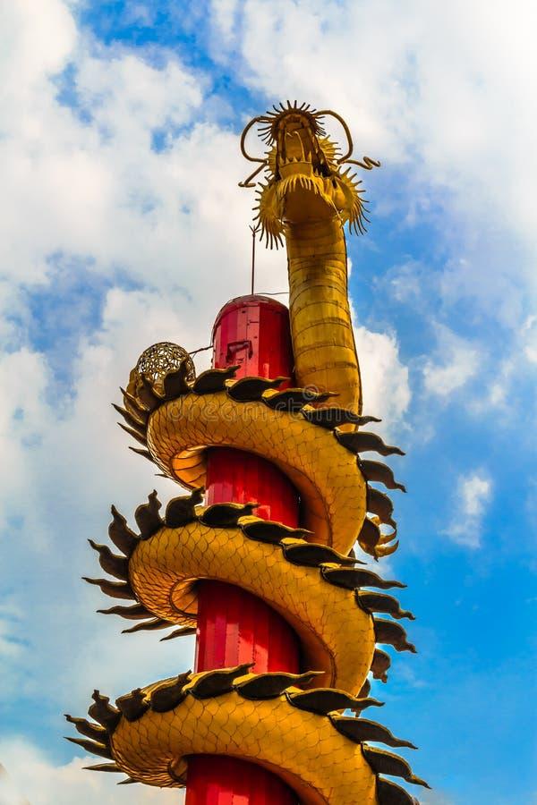 Дракон золота slithering в небо стоковые фотографии rf