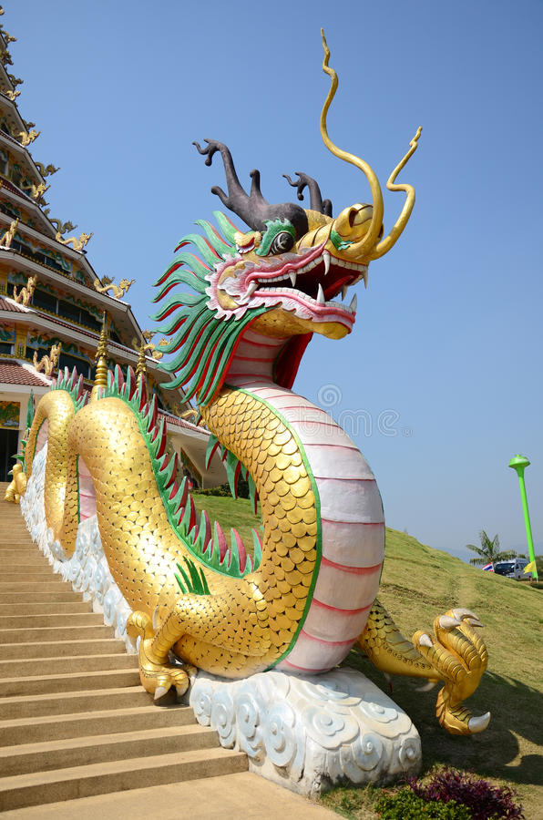 Дракон на входе Chedi виска Pla Kang Wat Huay в Chiangrai, Таиланде стоковое изображение