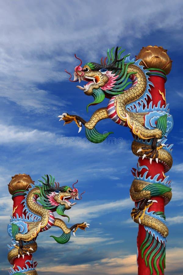 Дракон на полюсе в китайском виске стоковая фотография