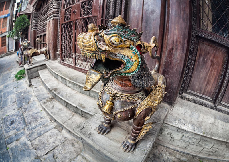 Дракон около монастыря стоковая фотография rf
