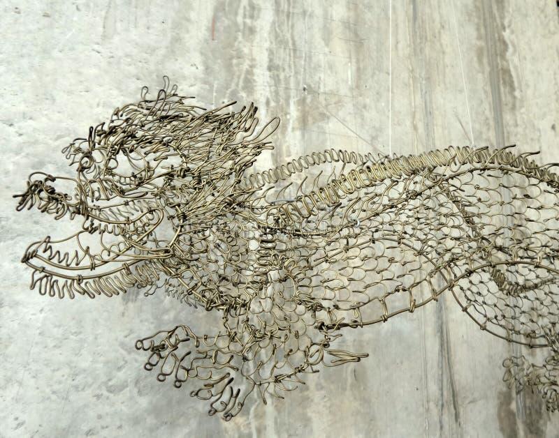 Дракон провода на предпосылке цемента стоковые изображения