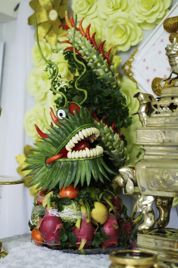 Дракон сделанный плодоовощами стоковые фото