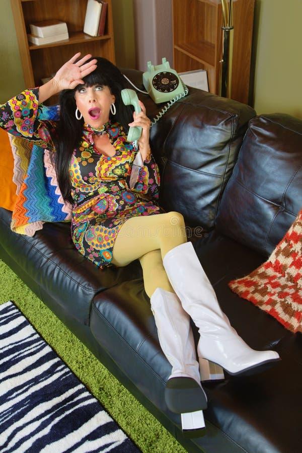 Драматическая женщина на телефоне стоковая фотография rf