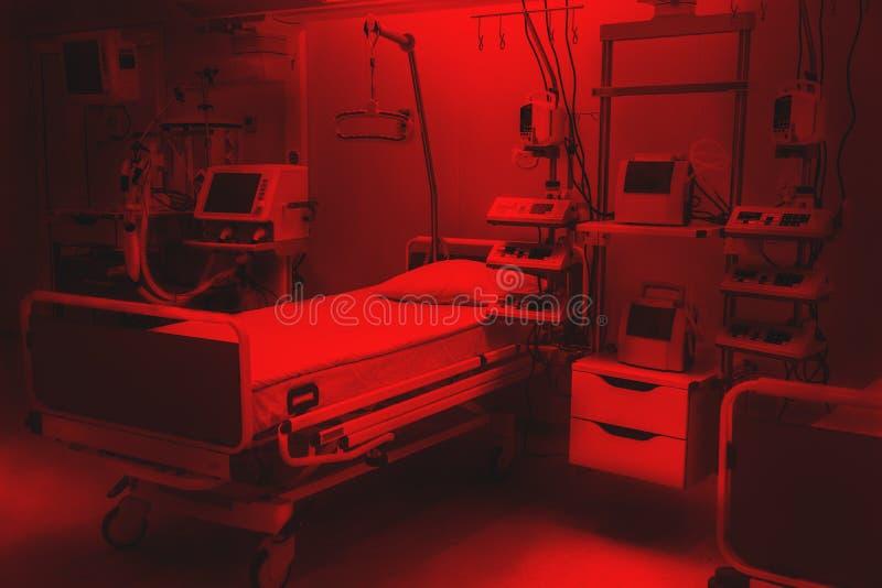 Драматические красные цвета реанимация отделения скорой помощи больницы страха и тревожности современное оборудование, концепция  стоковое изображение