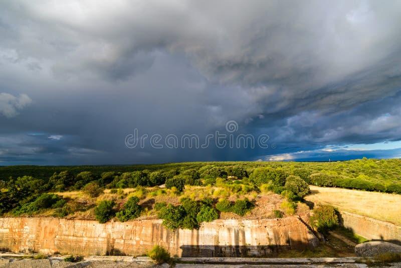 Драматические облака над ландшафтом Хорватии с дождем в расстоянии стоковые изображения rf
