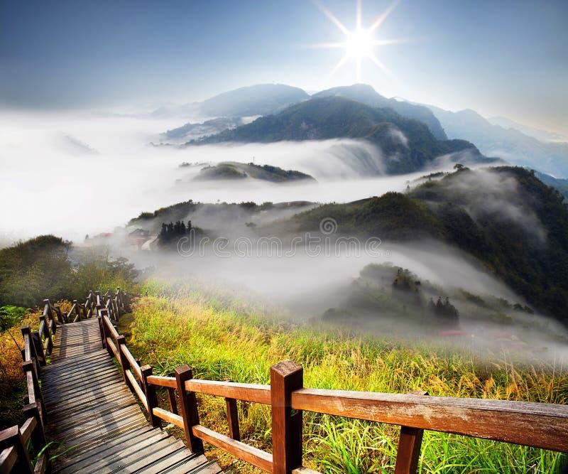 Драматические облака с горой стоковая фотография rf