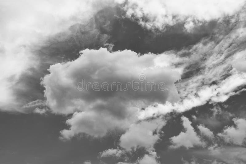 Драматические облака шторма в черно-белом стоковое изображение rf