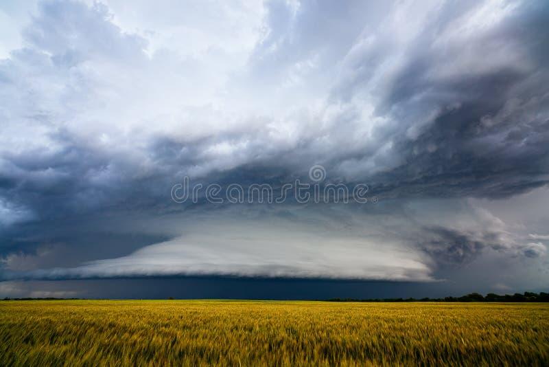 Драматические облака шторма над полем фермы стоковые фотографии rf