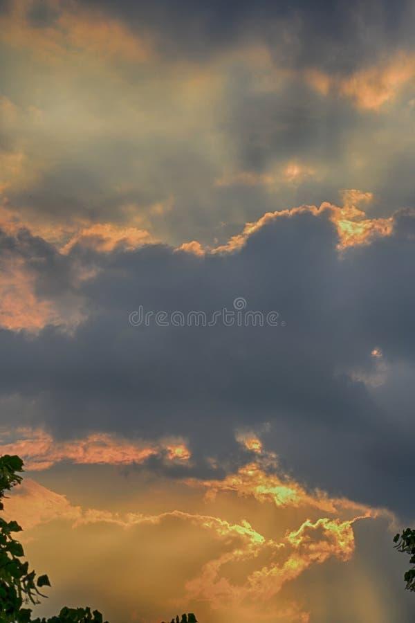 Драматические облака и шелковистое небо стоковая фотография rf