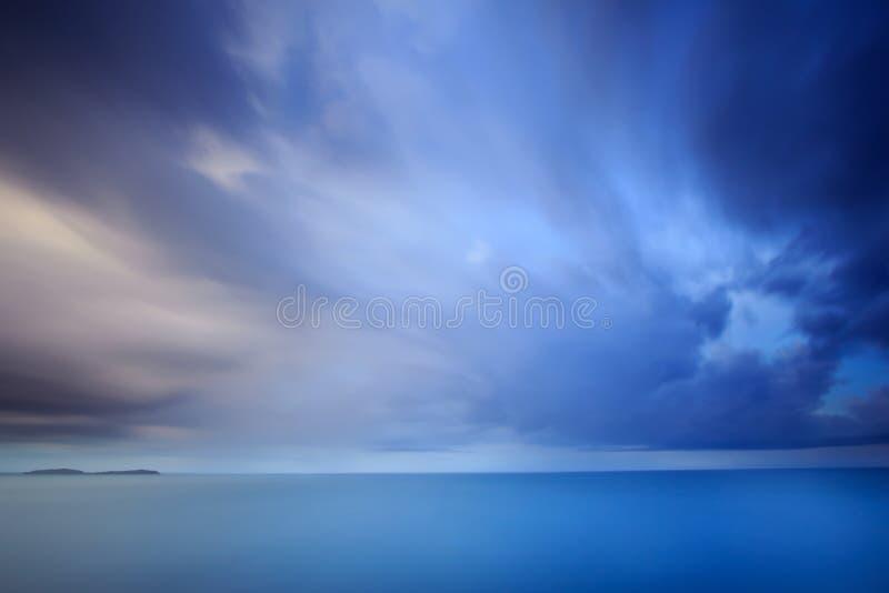Драматические облако и небо шторма на сумраке стоковые изображения rf