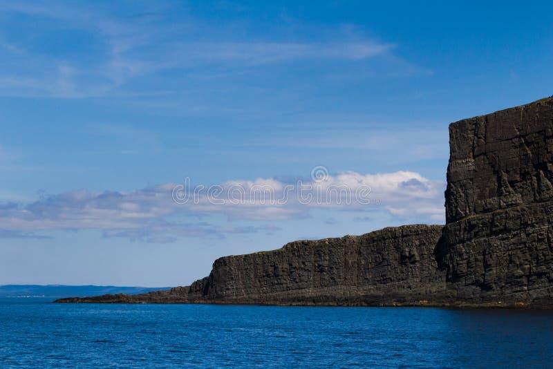 Драматические стороны скалы приходя из океана с побережья Ньюфаундленда стоковые изображения rf
