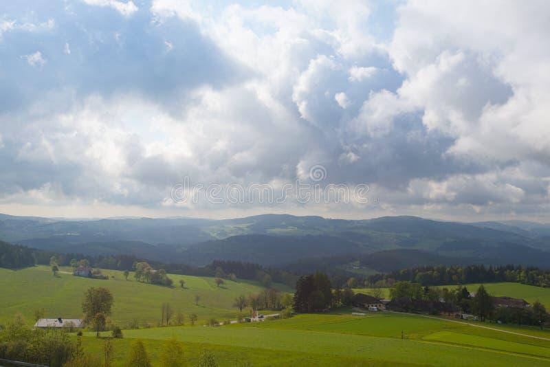 Драматический ландшафт перед дождем в Австрии стоковые фотографии rf