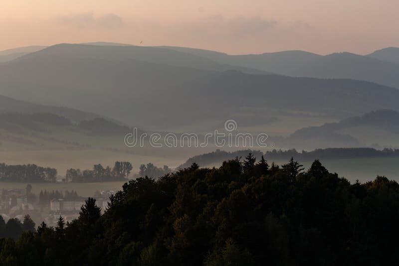 Драматический взгляд в горах перед штормом - тяжелые серые облака плавают над зелеными гребнями горы стоковые изображения rf