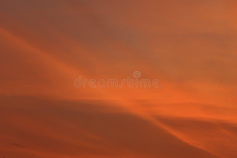 Драматический взгляд на оранжевом небе стоковые изображения rf