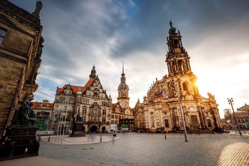 Драматический взгляд собора католического Hofkirche и дворца Georgen стоковое фото