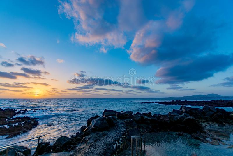 Драматический вид на океан, seascape, солнце \ 'лучи s проходит через облака стоковые фото