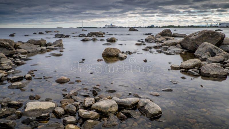 Драматический вид на море в северной Швеции стоковые фотографии rf