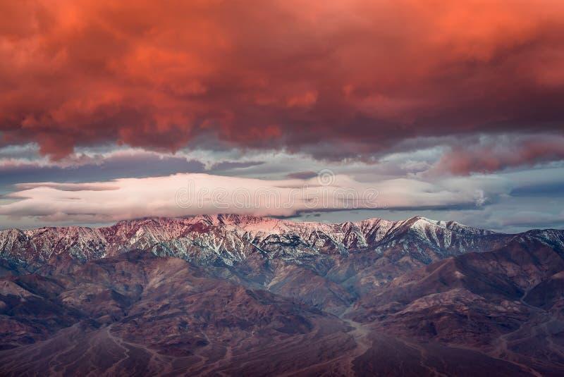 Драматический восход солнца на горе в национальном парке Death Valley стоковые изображения
