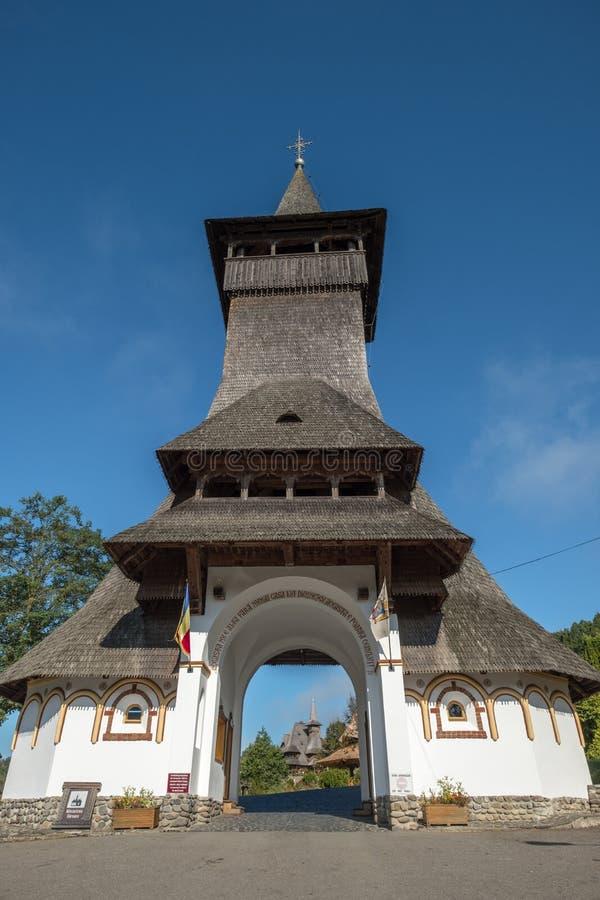 Драматический вход к монастырю Barsana, Maramures, Румынии стоковая фотография