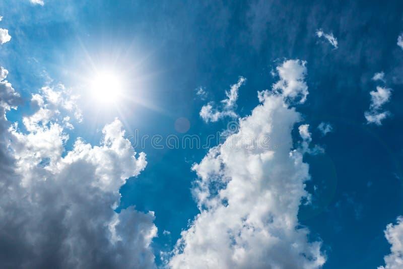 Драматический день темносинего неба солнечный стоковое изображение rf