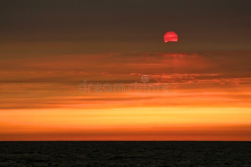 Драматический заход солнца над Тихим океаном приводящ к от дыма лесного пожара, Лос-Анджелеса стоковое фото