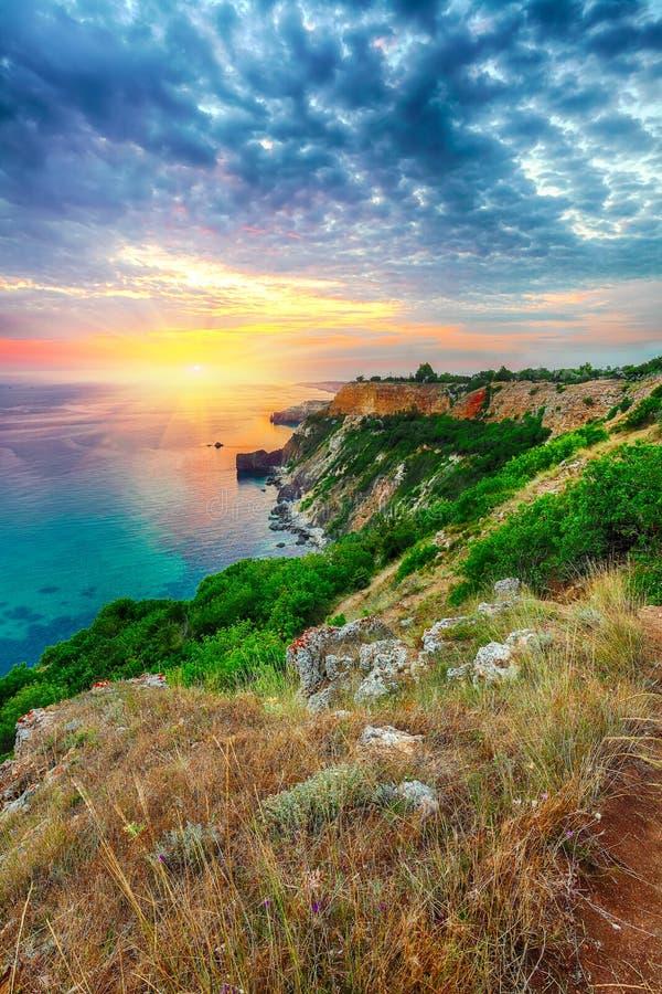 Драматический заход солнца на накидке fiolent Крым стоковые изображения