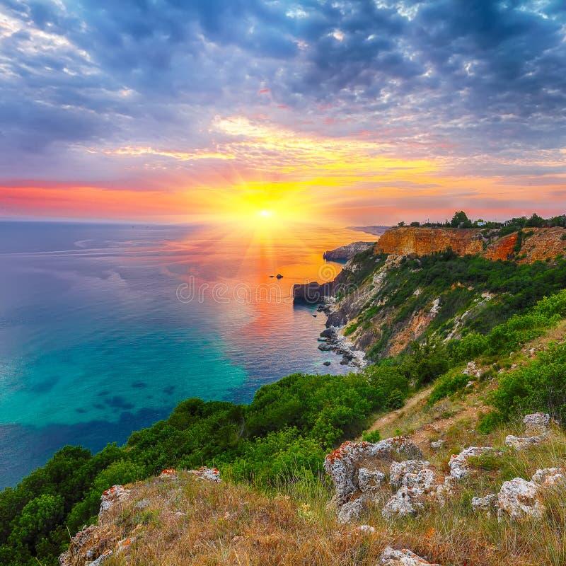 Драматический заход солнца на накидке fiolent Крым стоковые фото