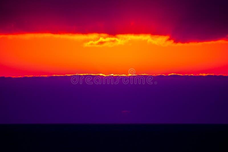 Драматический заход солнца осени с облаками над океаном стоковое изображение rf