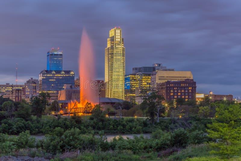 Драматический заход солнца с красивым горизонтом над городским Омахой Небраской стоковое фото rf