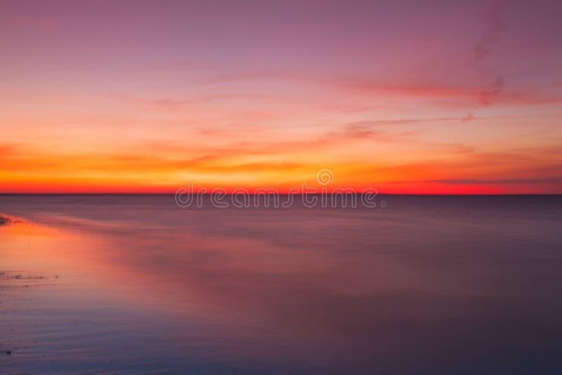 Драматический заход солнца на пляже, треска накидки, США стоковая фотография rf