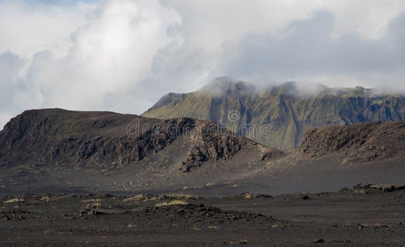 Драматический ландшафт Исландии с черными холмами лавы выглядит как луна стоковые фотографии rf