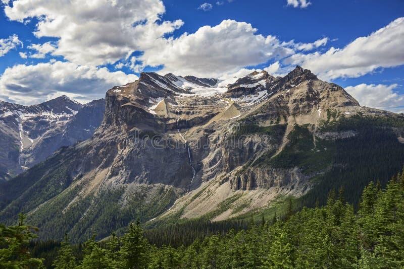 Драматический ландшафт неба и горы Cloudscape в горах национального парка Yoho канадских скалистых стоковое фото rf