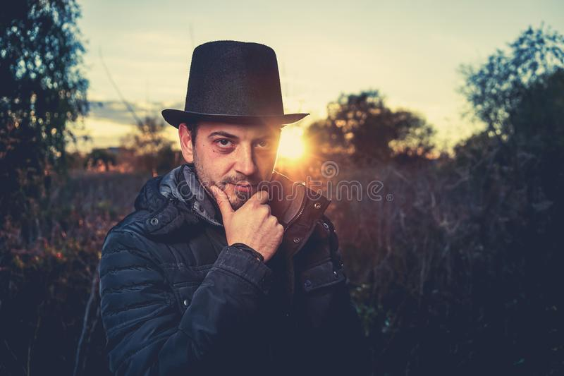 Драматический портрет человека outdoors стоковые изображения rf