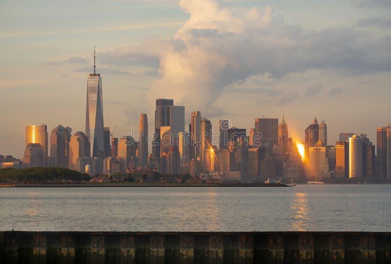 Драматический свет отражает со зданий и инфраструктуры Манхэттена NY стоковое фото