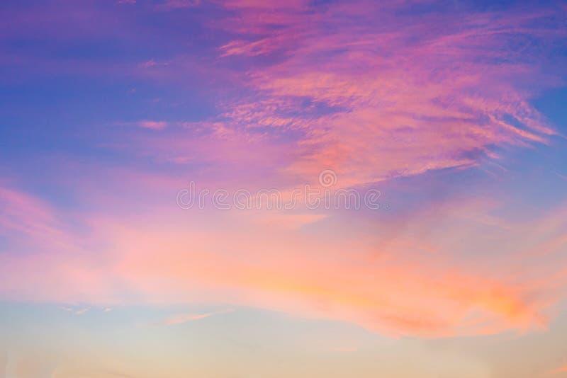 Драматический луч света - красивого неба Солнця и пасмурной предпосылки стоковое фото