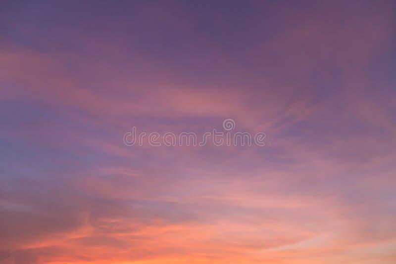 Драматический луч света - красивого неба Солнця и пасмурной предпосылки стоковое изображение rf