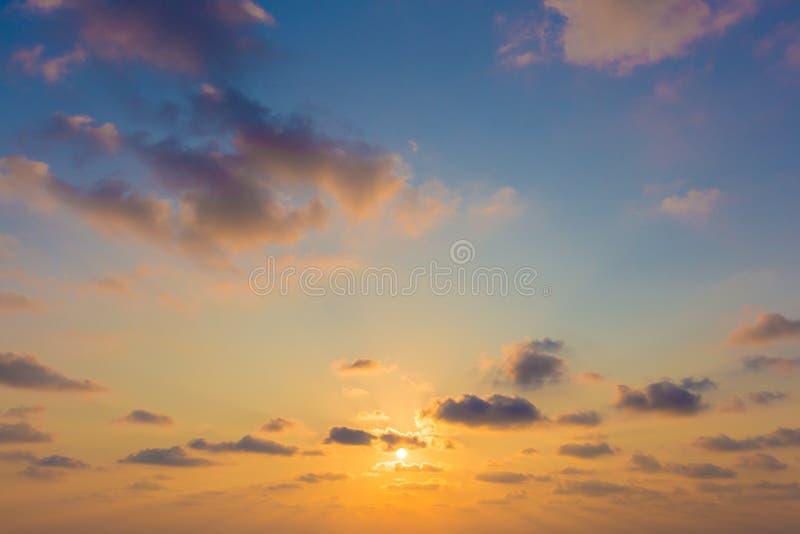 Драматический луч света - неба Солнця и пасмурной предпосылки стоковое фото rf