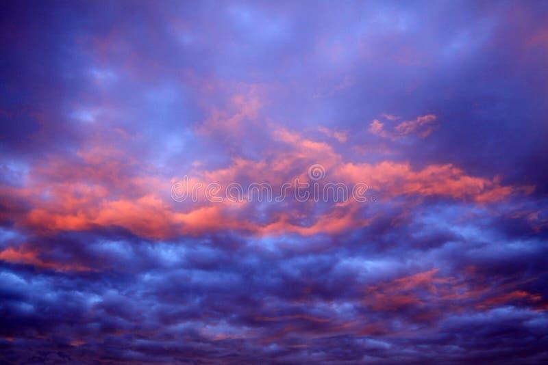 Драматически облачное небо стоковые изображения rf
