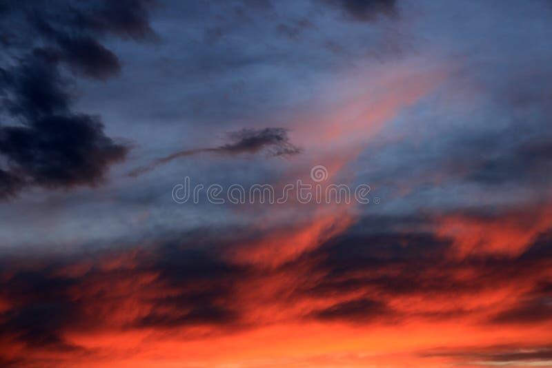 Драматически пасмурное небо вечера стоковое изображение