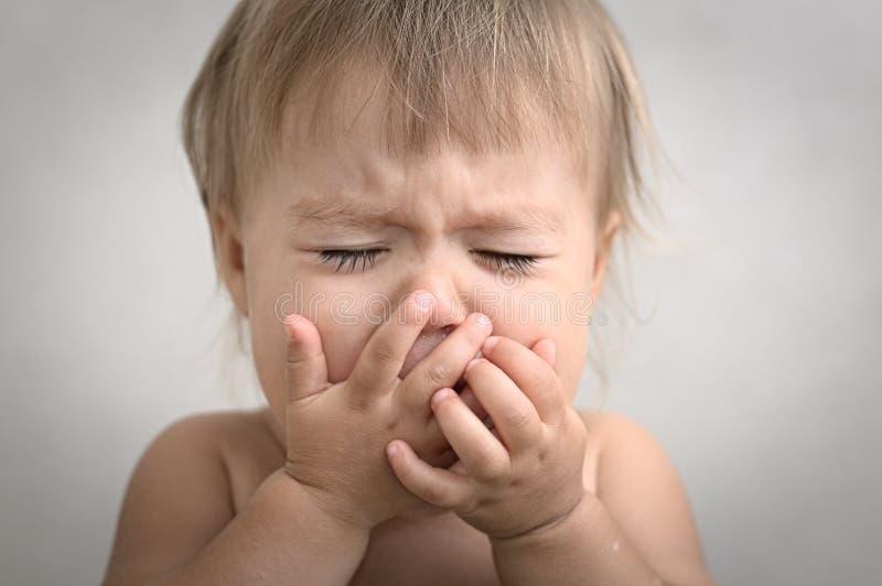 Драматически плача портрет младенца стоковое изображение