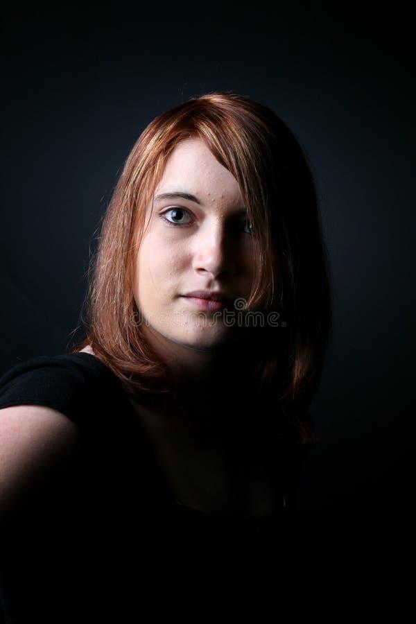 драматически с волосами освещенное предназначенное для подростков портрета красное стоковое изображение